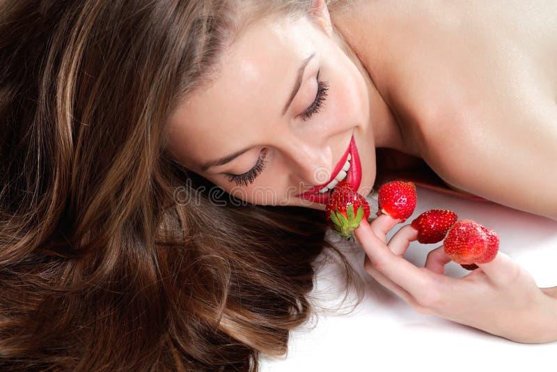 Frau mit roten Erdbeeren stockfotos