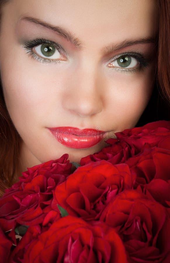Frau mit roten Rosen stockfoto. Bild von obacht, blumen