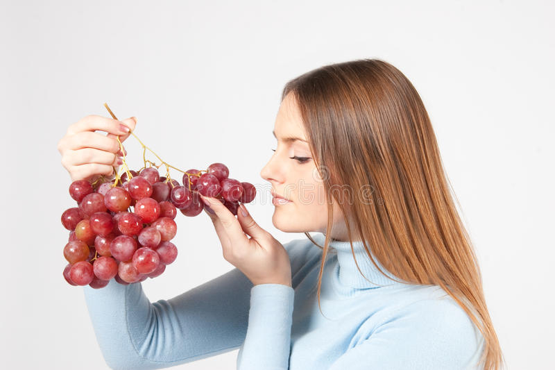 Frau mit roten Trauben lizenzfreie stockfotografie