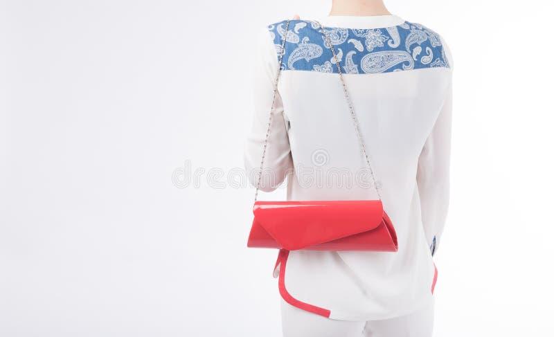 Frau mit roter Tasche in ihren Händen Auf lokalisiertem Hintergrund stockbilder
