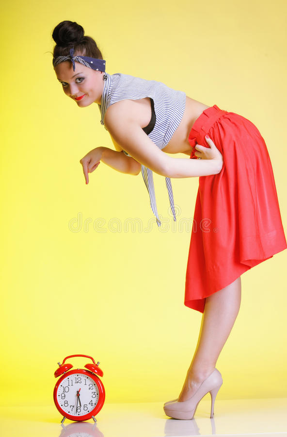 Frau mit roter Uhr. Zeitmanagement. stockbild