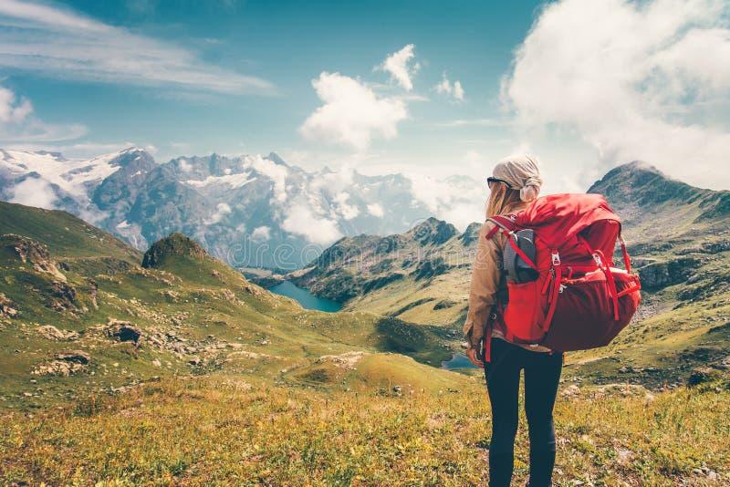 Frau mit Rucksack Berge genießend stockfotos