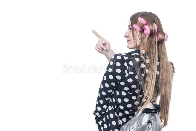 Frau mit Rucksackpunkten zur Seite lizenzfreie stockbilder