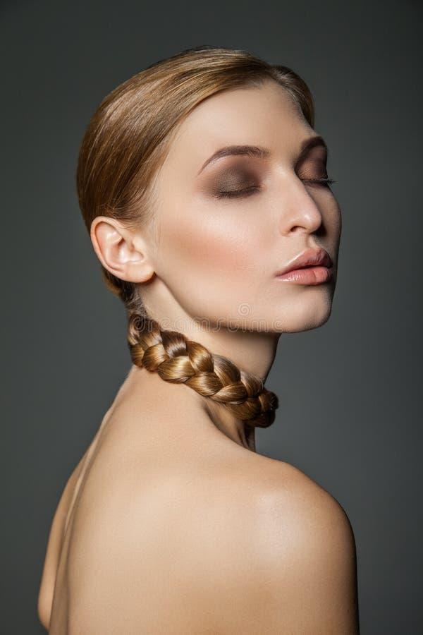 Frau mit runder Halskette des Haares stockbilder
