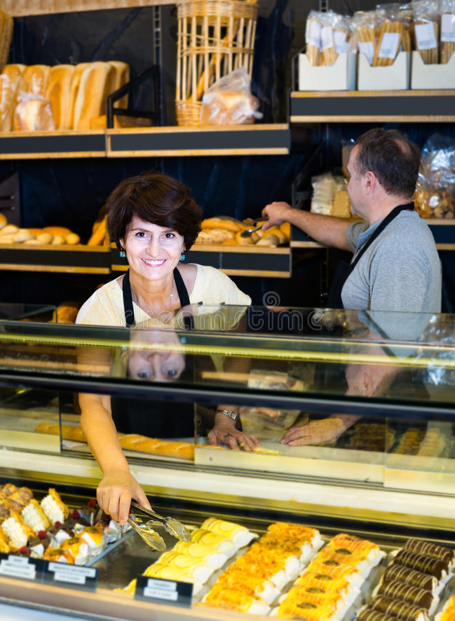 Frau mit Süßwaren lizenzfreies stockbild