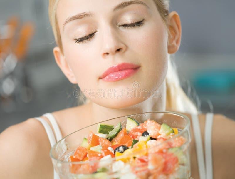 Frau mit Salat stockbild