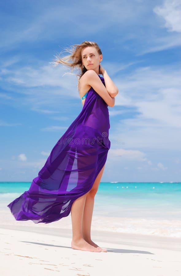 Frau mit Sarong lizenzfreie stockfotos