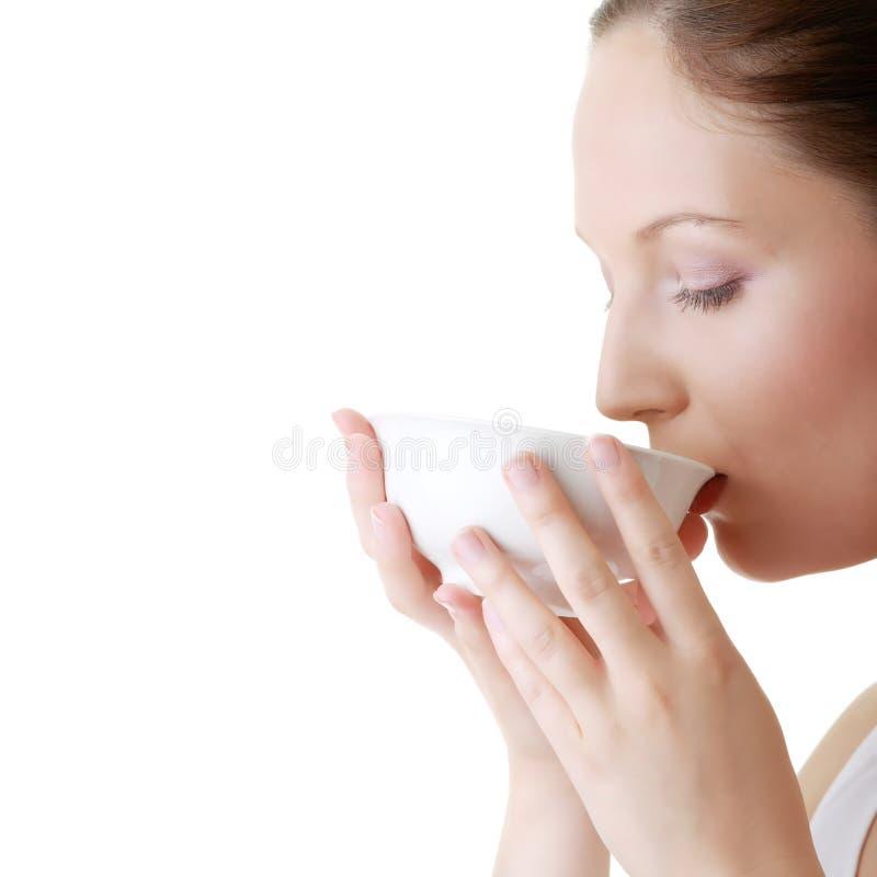 Frau mit sauberem Gesicht grean Tee trinkend stockfoto