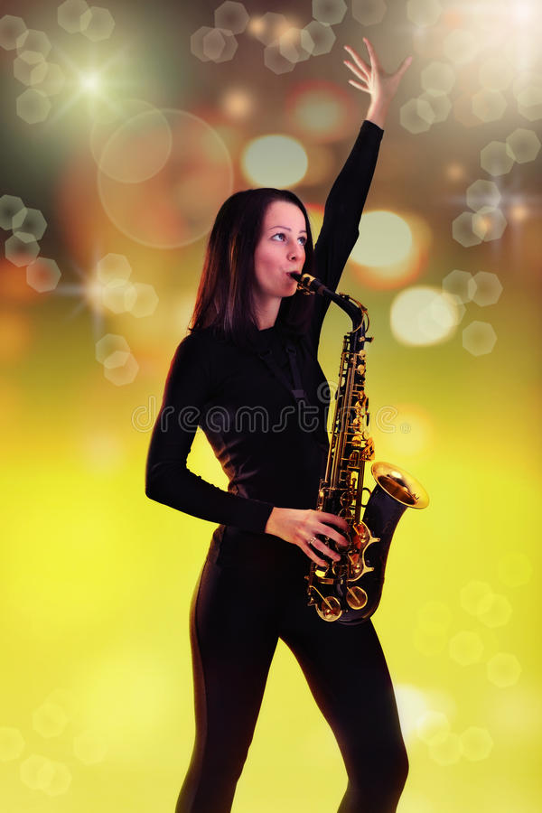Frau mit Saxophon. stockbild