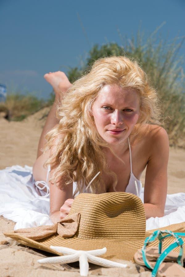 Frau mit schönen weißen Sarongen auf dem Strand stockbild