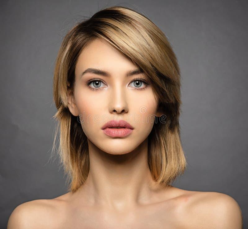 Frau mit Schönheitsgesicht und sauberer Haut Reizvolle blonde Frau stockbild