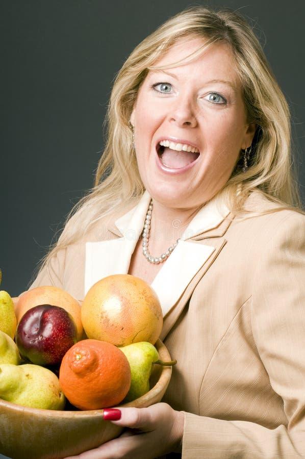 Frau mit Schüssel Frucht stockbilder