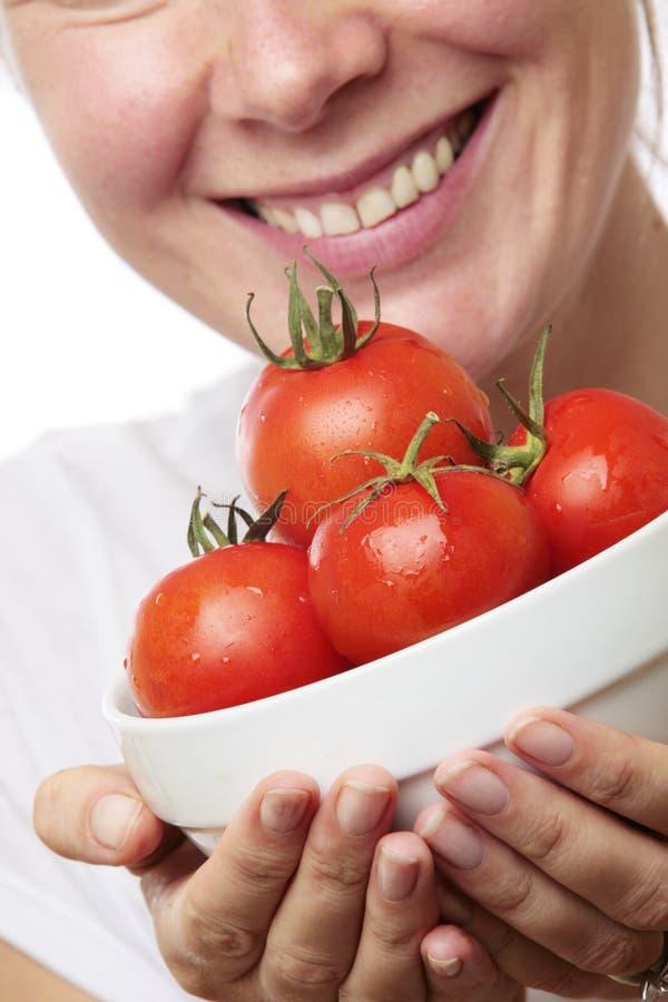 Frau mit Schüssel Tomaten lizenzfreies stockbild
