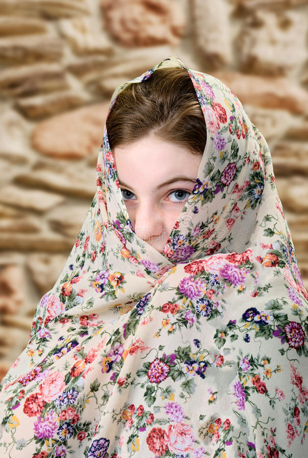 Frau mit Schal lizenzfreie stockfotos