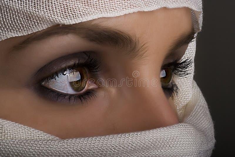 Frau mit Schal auf Gesicht lizenzfreie stockfotos