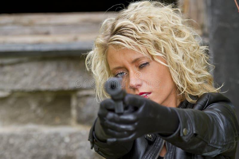 Frau mit Schalldämpfergewehr stockbild