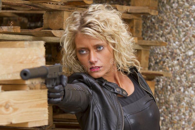 Frau mit Schalldämpfergewehr lizenzfreies stockbild