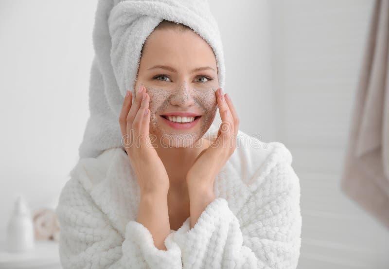 Frau mit scheuern sich auf Gesicht lizenzfreie stockfotos
