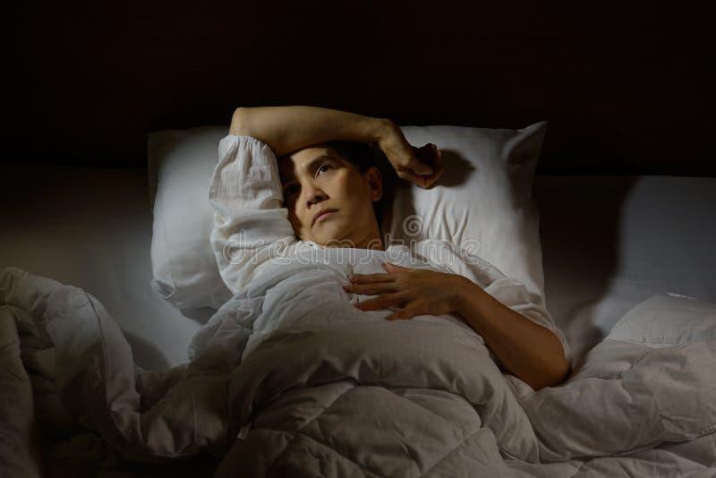 Frau mit Schlaflosigkeit lizenzfreies stockbild