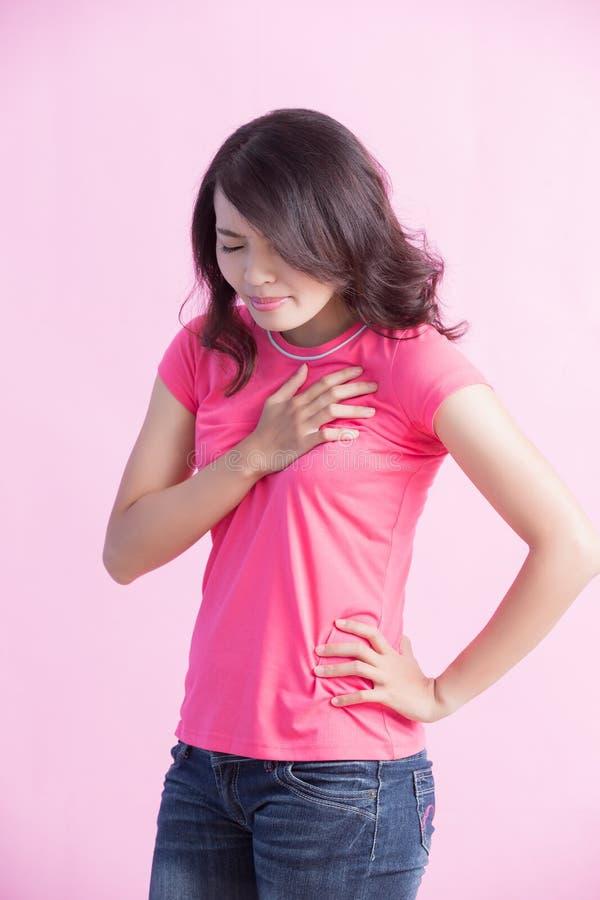 Frau mit Schmerz in der Brust lizenzfreies stockbild