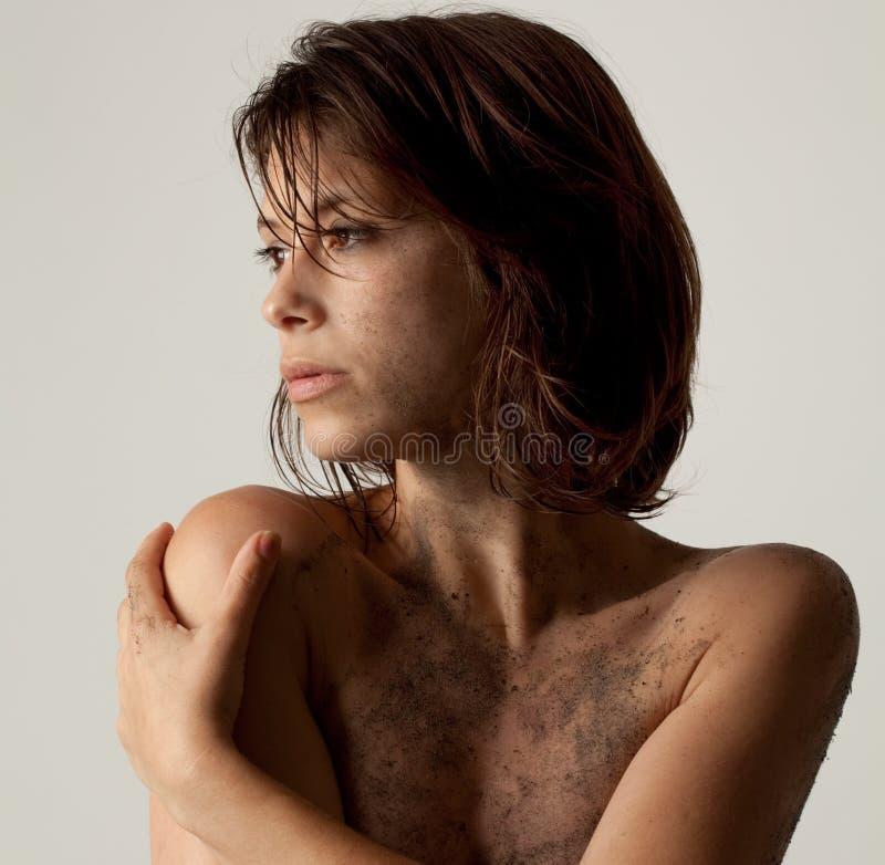 Frau mit Schmutz stockfoto