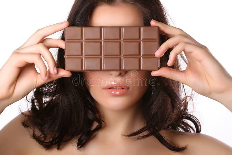 Frau mit Schokolade lizenzfreie stockfotos