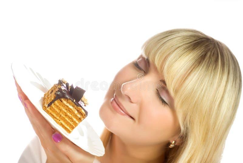 Frau mit Schokoladenkuchen lizenzfreie stockbilder