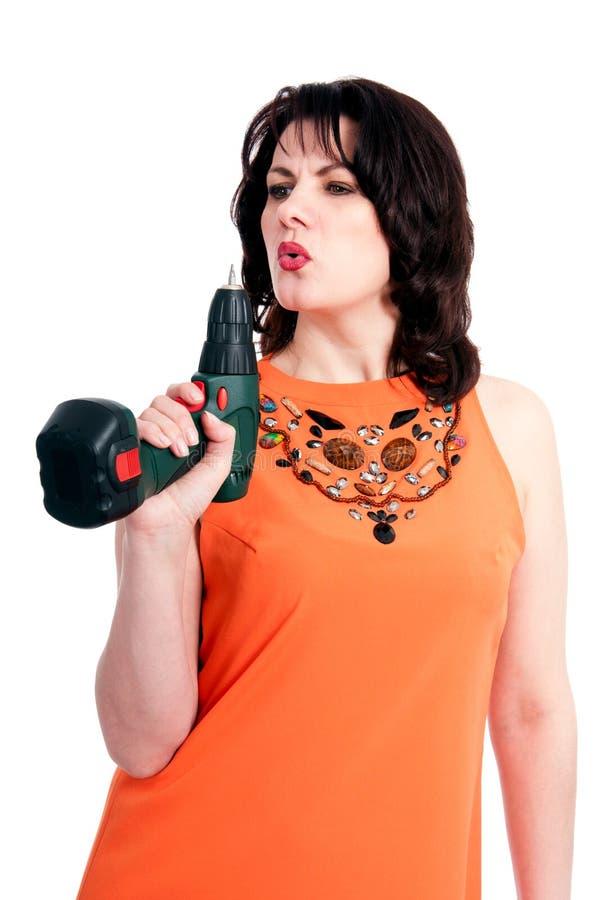 Frau mit Schraubenzieher stockfoto