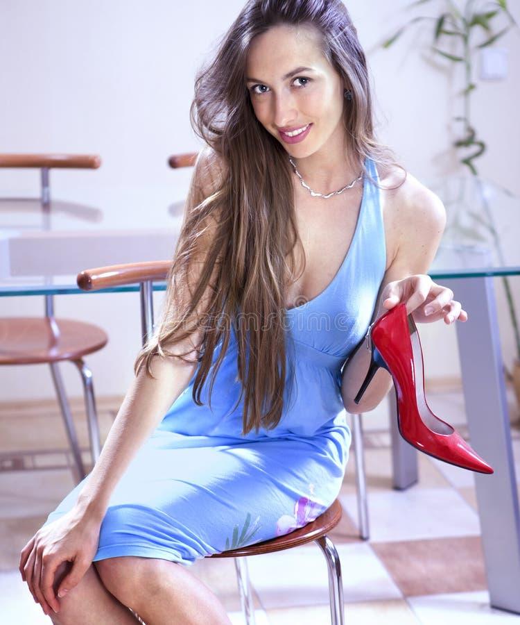 Frau mit Schuh im System stockfoto