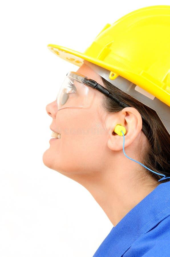 Frau mit Schutzausrüstung und Ohrenpfropfen stockfoto