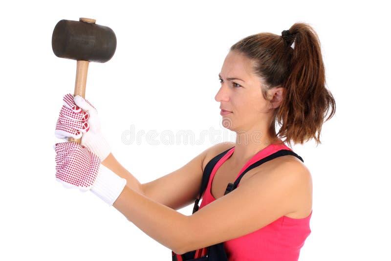 Frau mit schwarzem Gummiholzhammer lizenzfreie stockbilder