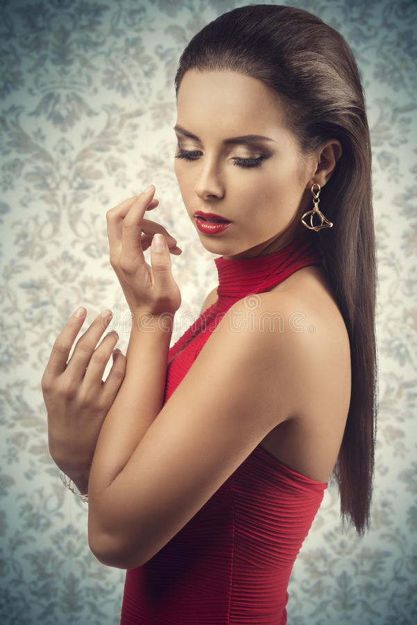 Frau mit sexy rotem Kleid stockbilder