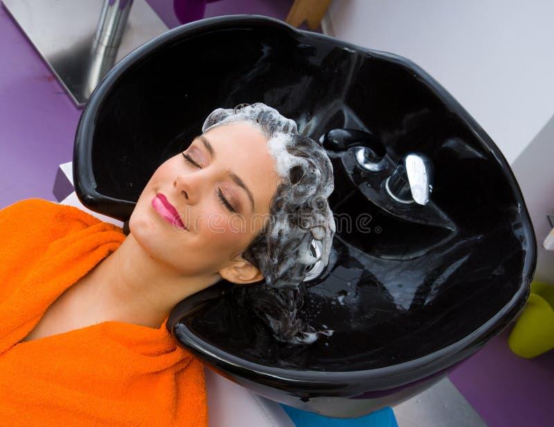 Frau mit Shampoo auf ihrem Kopf stockfotos
