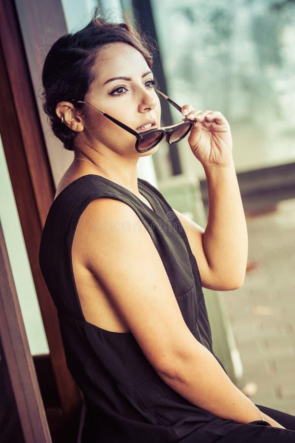 Frau mit Sonnenbrille stockbilder