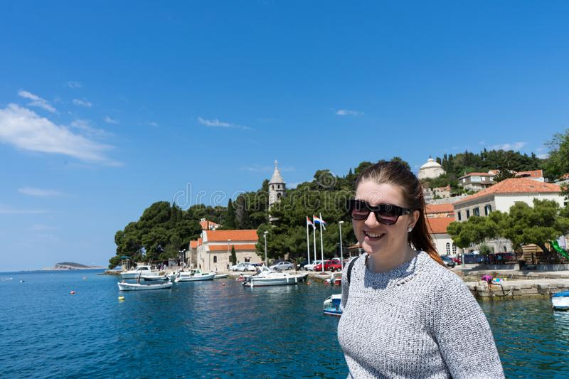 Frau mit Sonnenbrillereisendem in den Yachten tragen nahe alter Stadt Konzept der Studentenreise, Sommerferien, Solo- weiblicher  stockfotos