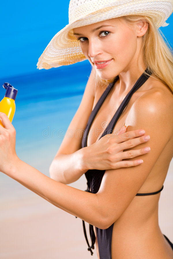 Frau mit Sonneschutz Sahne stockfotografie