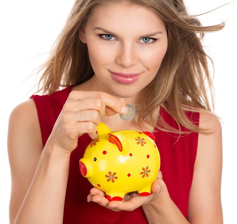 Frau mit Sparschwein lizenzfreie stockfotos