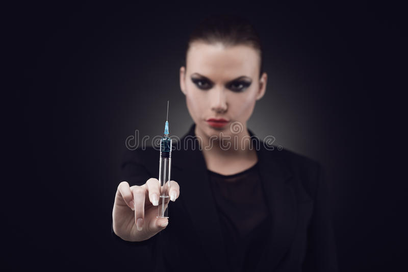Frau mit Spritze stockbild