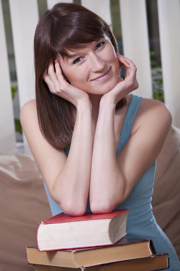 Frau mit Stapel der Bücher lizenzfreie stockfotos