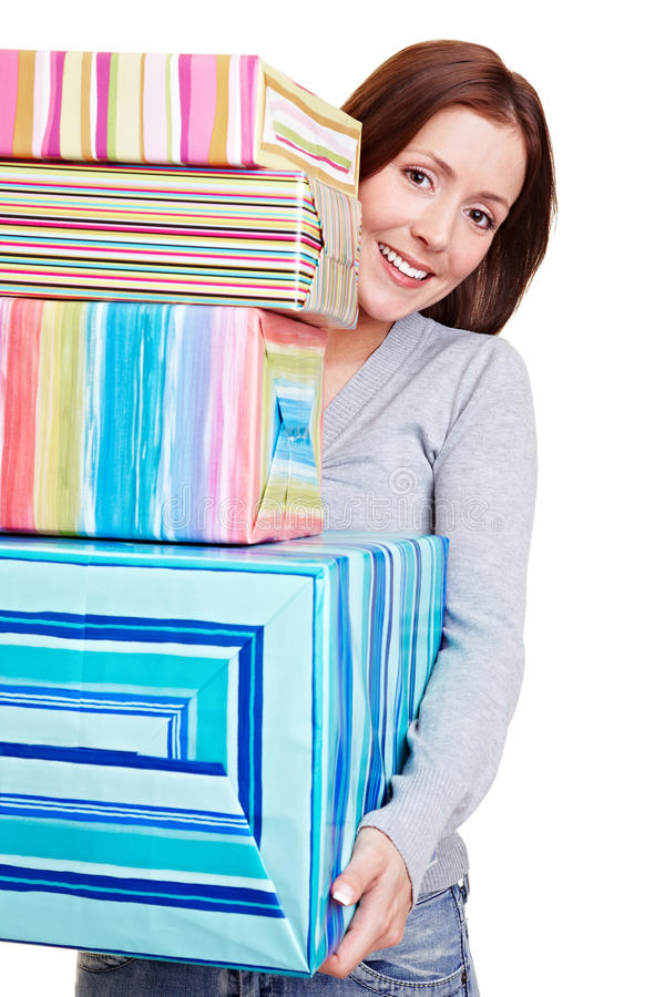 Frau mit Stapel Geschenken stockfotografie