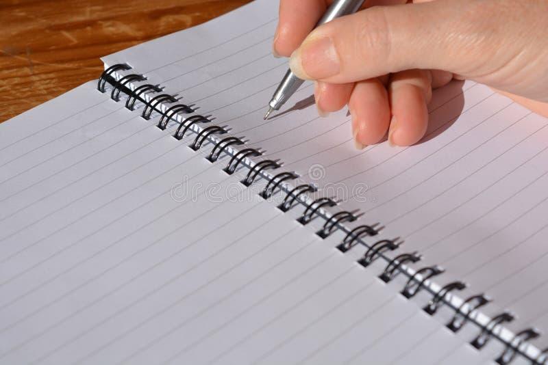 Frau mit Stift in der Hand lizenzfreie stockbilder