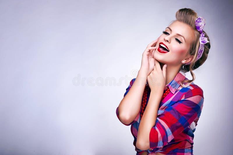 Frau mit Stift-oben Make-up und der Frisuraufstellung stockfotos