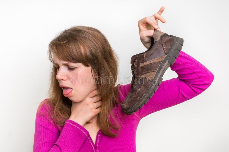 Frau mit stinky Schuh ihres Ehemanns stockbilder