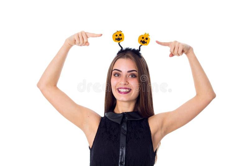 Frau mit Stirnband zeigend auf es lizenzfreie stockfotografie