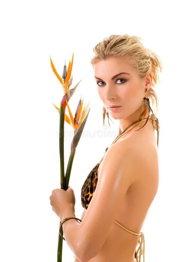 Frau mit strelizia Blumen lizenzfreies stockbild