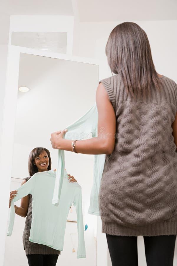 Frau mit Strickjacke stockbild