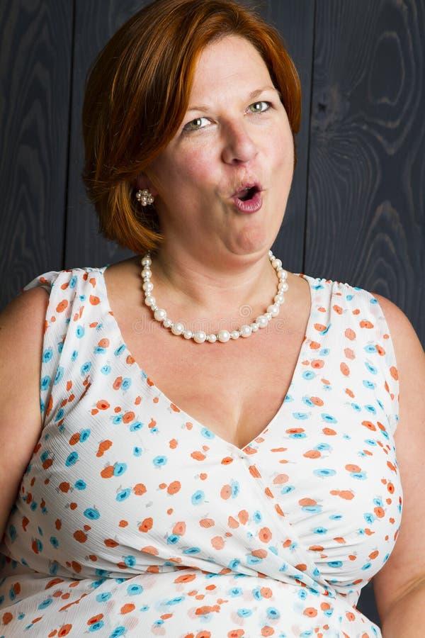 Frau mit suprice lizenzfreie stockfotografie