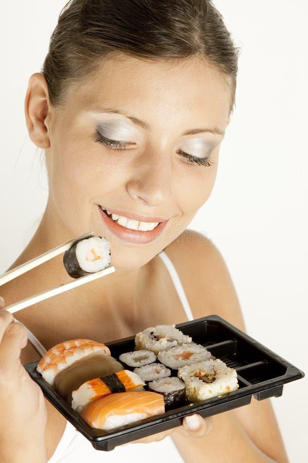 Frau mit Sushi lizenzfreie stockfotografie