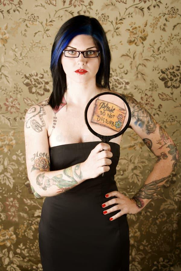 Frau mit Tätowierungen stockfotos