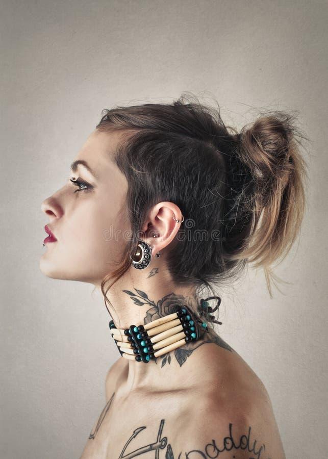 Frau mit Tätowierungen stockbilder